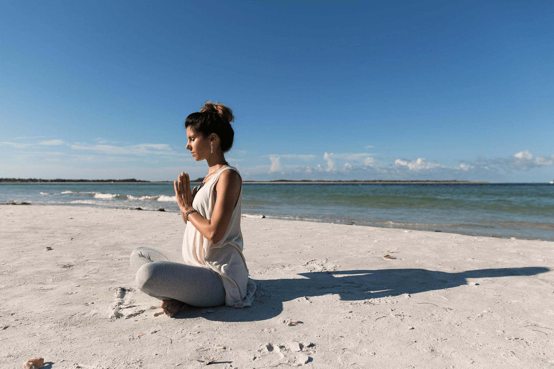 Méditation sur une plage