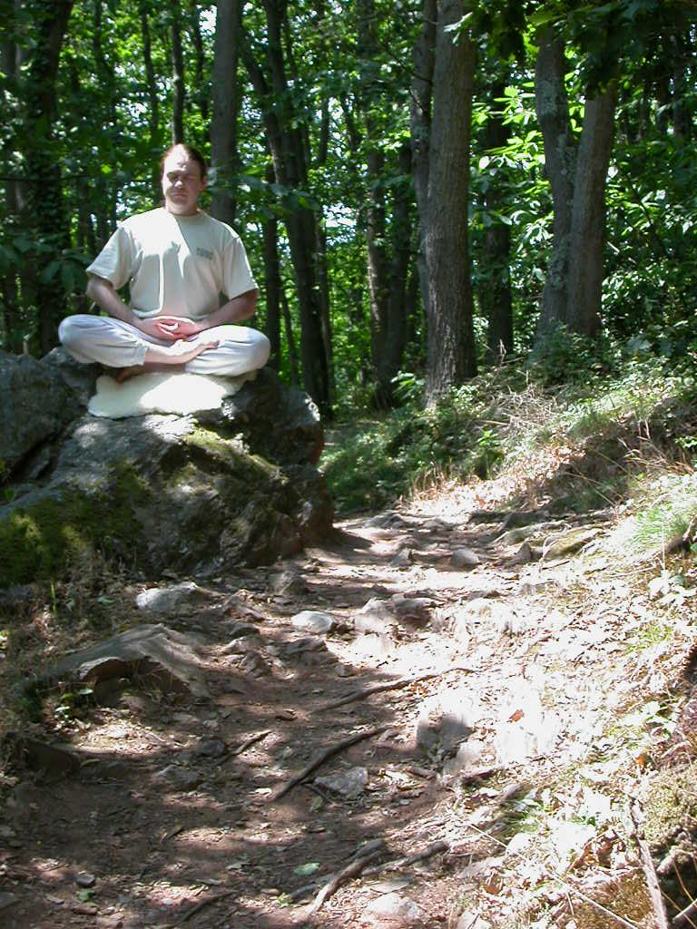 Méditation assis sur un rocher